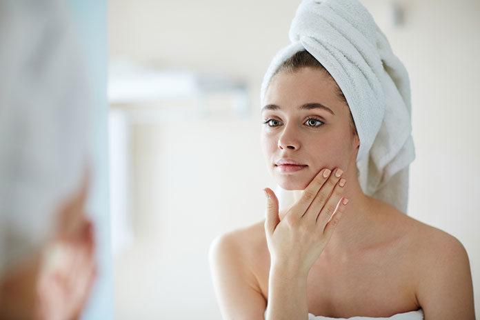 Czym się charakteryzuje odwodniona skóra twarzy?