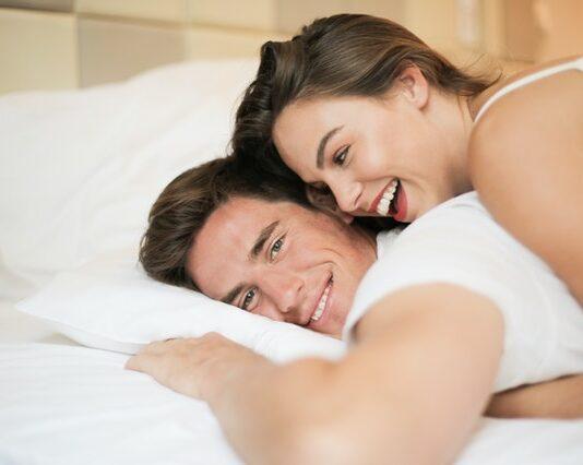 para na łóżku