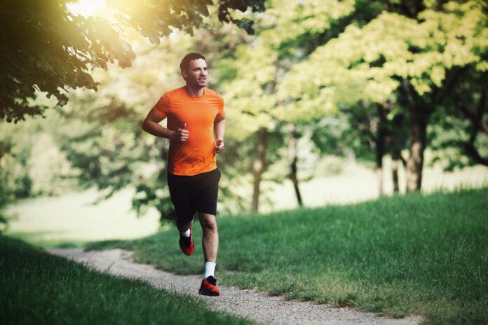 Jak zacząć biegać po przerwie – mężczyzna biegający po parku
