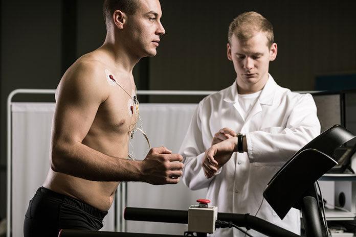 Próba wysiłkowa - mężczyzna wykonujący test wysiłkowy na bieżni